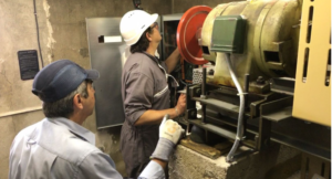 Controleur technique expert d'A2C Controle vérifiant la machinerie pour un Contrôle technique quinquennal ascenseur