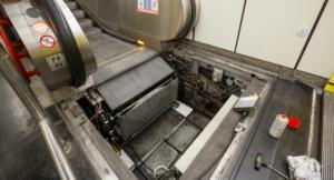 technicien réalisant un VRE Ascenseur en ERP